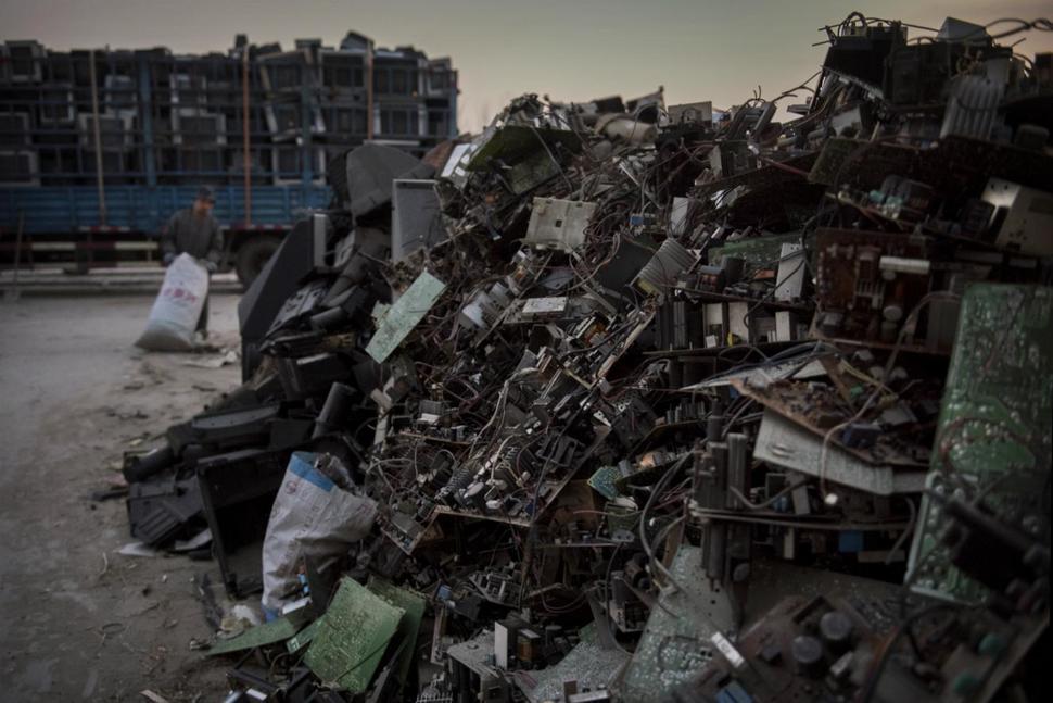 """اعرف كيف تسير تجارة النفايات الإلكترونية """"السامة"""" بأمريكا"""