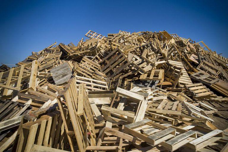 دليل شامل: إعادة تدوير منصات النقل الخشبية