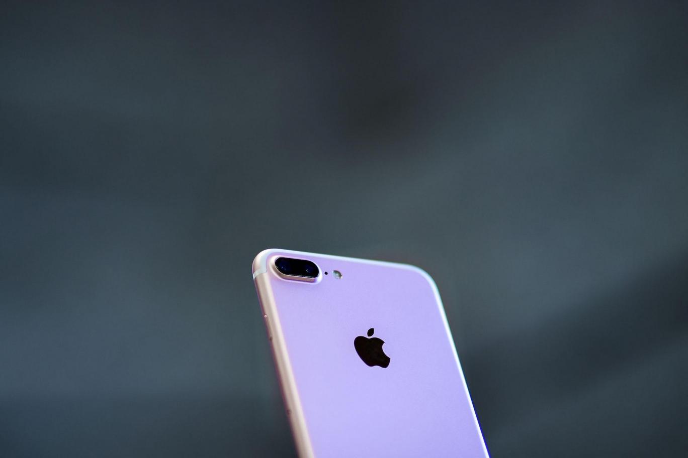 """أبل تتعهد بإصدار """"أي فون"""" مُصنّع كلياً من مواد مُعاد تدويرها"""