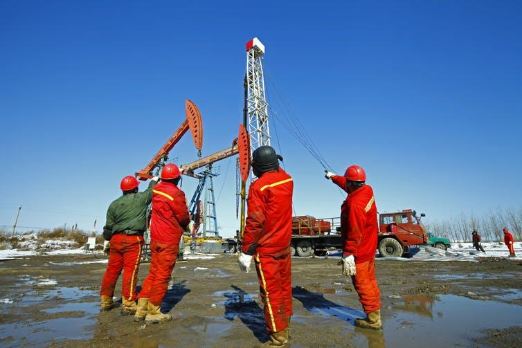لماذا توجد وفرة في مصادر الطاقة غير المتجددة بينما تنعدم هذه الوفرة في المصادر المتجددة؟