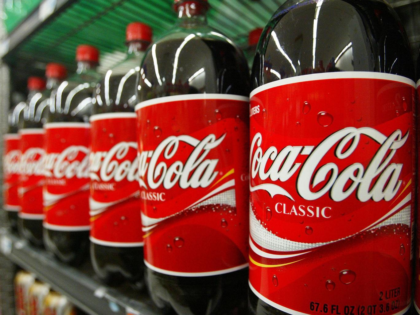 """شركة كوكاكولا تنتج مائة مليار زجاجة بلاستيكية أحادية الاستخدام كحد أقصى """"نقلاً عن جماعة السلام الأخضر"""""""