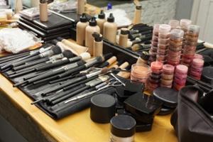 كيفية التخلص بشكل صحيح من طلاء الأظافر القديم ومستحضرات التجميل