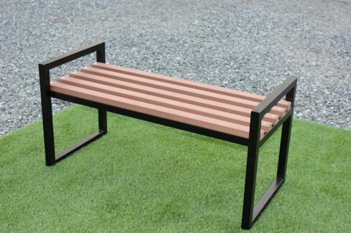 الأثاث المصنوع من الألياف النباتية والبلاستيك المُعاد تصنيعه.