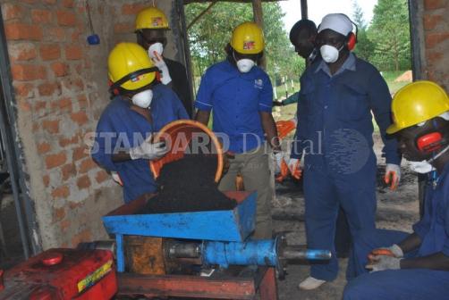 شباب واعد يصنع الفحم من بقايا قصب السكر