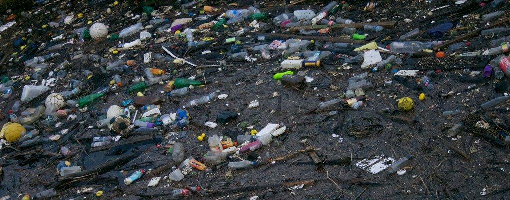 الدولة التي أعلنت الحظر على جميع أكياس البلاستيك، القش، والأواني!